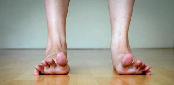 Твердая косточка на большом пальце ноги или мягкая шишка причины и лечение