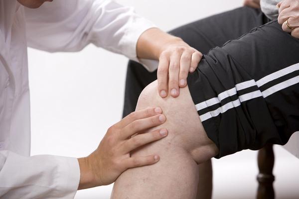 Жидкость в колене - осмотр врачом