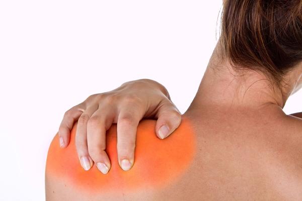 Лечение плечелопаточного периартроза медикаментозно: что эффективней?