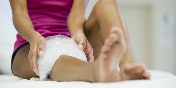 Прикладывание холодного компресса на колено