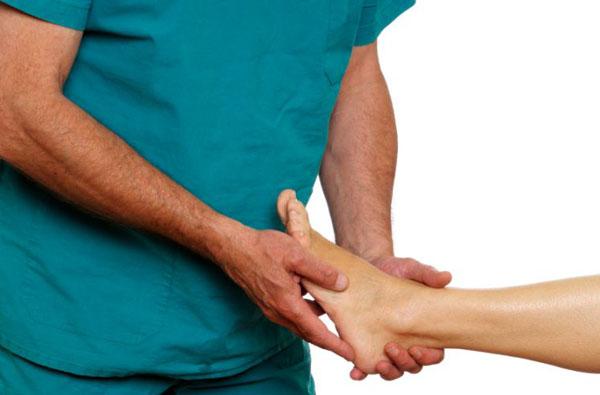 Перед процедурой ортопед найдет точку для воздействия микроволнами