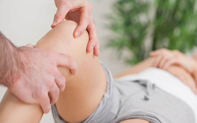 Осмотр врачом при разрыве связок коленного сустава