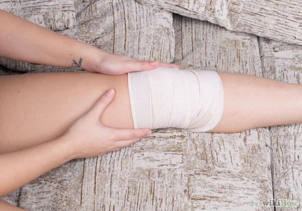 Эластичный бинт на колене при болезни шляттера